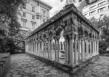 Ruinen des Klosters St. Andreas (in schwarz-weiß) im Zentrum von Genua, Italien von Joost Adriaanse