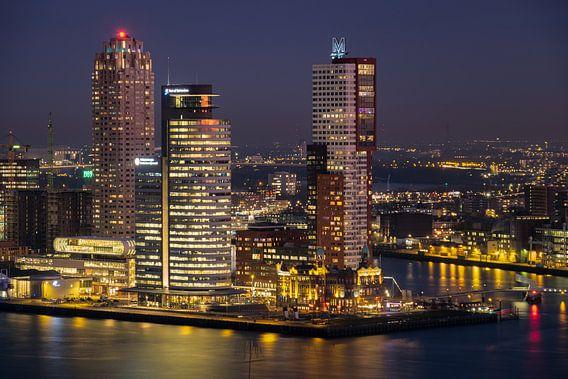 Avondfoto Kop van Zuid in Rotterdam van Mark De Rooij