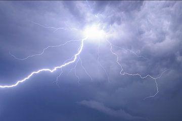Foudre dans le ciel de nuit pendant un orage sur Sjoerd van der Wal