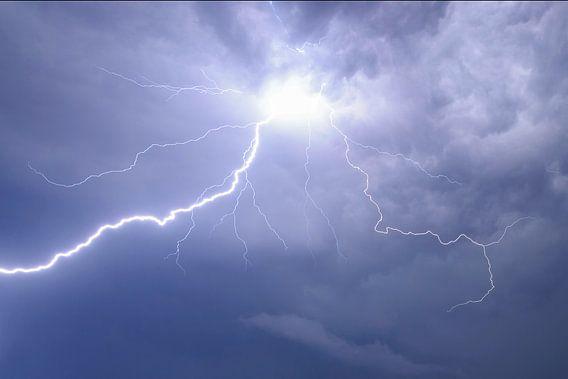 Bliksem in de nachtelijke lucht tijdens zwaar onweer van Sjoerd van der Wal