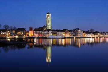 Skyline van Deventer aan de IJssel in de avond van Merijn van der Vliet