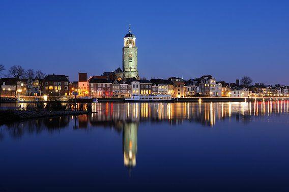 Skyline van Deventer aan de IJssel in de avond