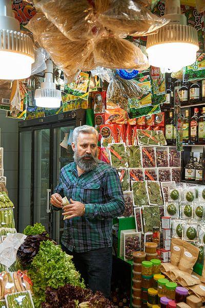 Een Iraanse man in zijn winkel in Teheran... van Jeroen Kleiberg