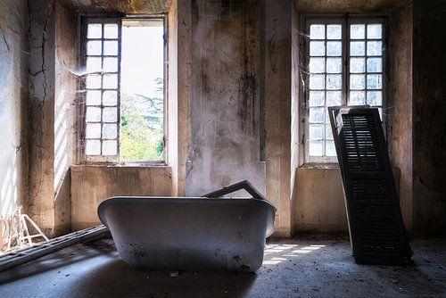Badkuip in Verlaten Villa. van Roman Robroek