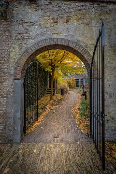 Oude stenen poort in de museumtuin in Gouda Nederland van Gouda op zijn mooist