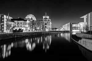 Quartier gouvernemental de Berlin avec le bâtiment du Reichstag la nuit