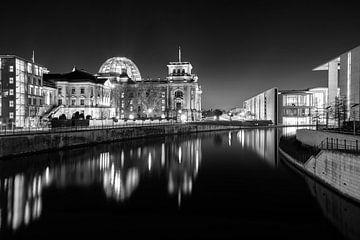 Berlijnse regeringswijk met het Reichstaggebouw bij nacht