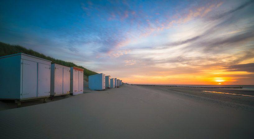 Zonsondergang strandhuisjes Oostkapelle van Roelof Nijholt