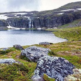 Het Flotvatnet meer langs de Sneeuwweg in Noorwegen van Evert Jan Luchies