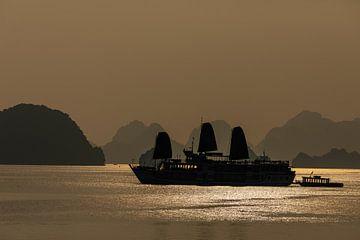 Zonsondergang in de Ha Long Bay van Vietnam van Roland Brack