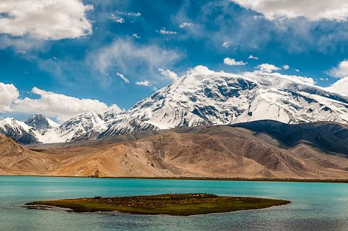Het Karakul meer nabij Kashgar in Xinjiang, China