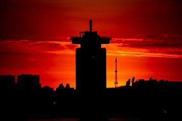Amsterdam Skyline met a'dam toren bij zonsondergang van John Ozguc