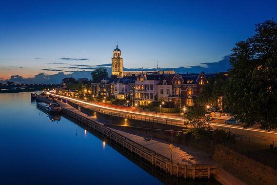 Deventer in de avond vanaf de brug