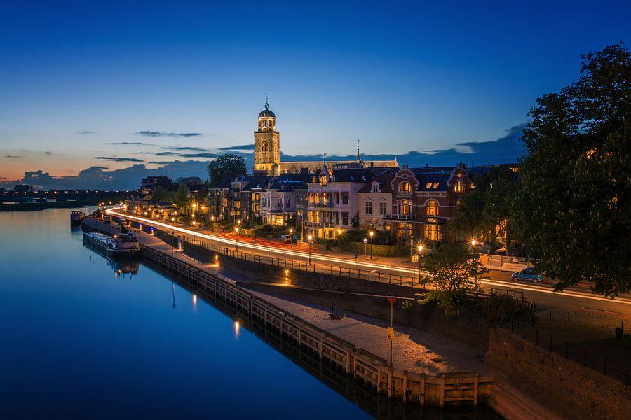 Deventer in de avond vanaf de brug van Martin Podt