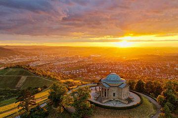 Zonsondergang boven de begrafeniskapel van de Württemberg in Stuttgart met uitzicht op de stad van From Another Perspective