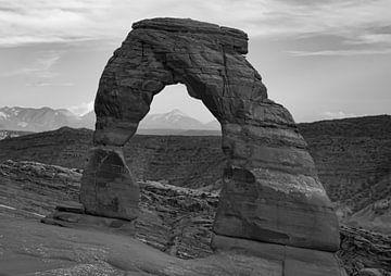 Delicate Arch Arches National Park Amerika schwarz-weiß von Marjolein van Middelkoop