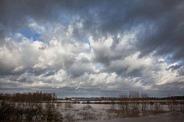woeste lucht boven rivier van Toon de Vos