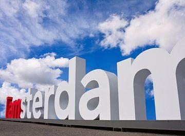I Amsterdam logo op Museumplein op een zonnige dag van Tony Vingerhoets