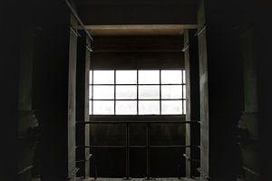 Een verlaten raam in een verlaten fabriek