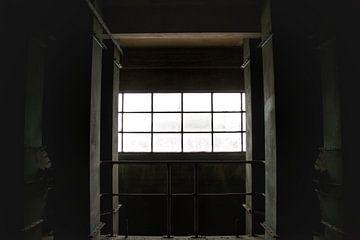 Een verlaten raam in een verlaten fabriek van Melvin Meijer