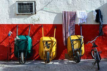 Werkpauze fiets en drie kruiwagens leunend tegen muur van Dieter Walther
