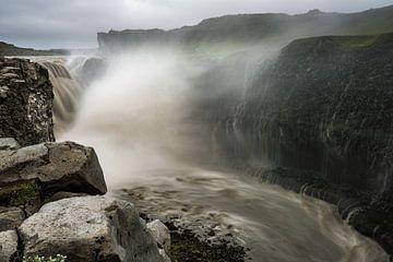 Dettifoss der fallende Wasserfall von Gerry van Roosmalen