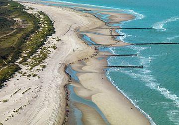 Wandelmarathon onderdeel van de Zeeland kustmarathon op het strand van Walcheren. van Sky Pictures Fotografie
