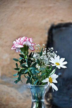 Blumen auf der Straße von Marieke van der Hoek-Vijfvinkel