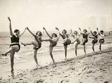Frauen tanzen am Strand von Bournemouth von Hollandse Hoogte