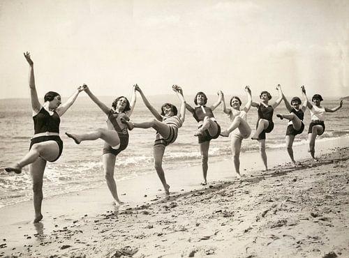 Vrouwen dansen op het strand van Bournemouth