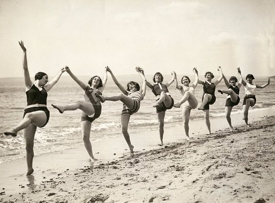 Vrouwen dansen op het strand van Bournemouth van Hollandse Hoogte