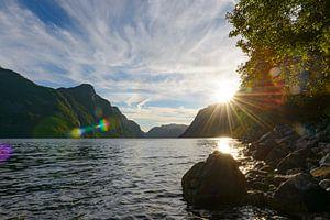 Zonnestralen over het Frafjord in Noorwegen