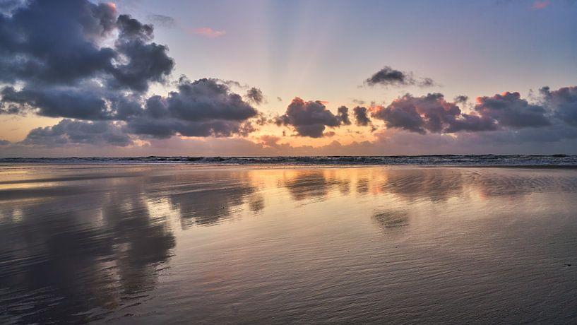 Het strand en de reflectie van de wolken van eric van der eijk