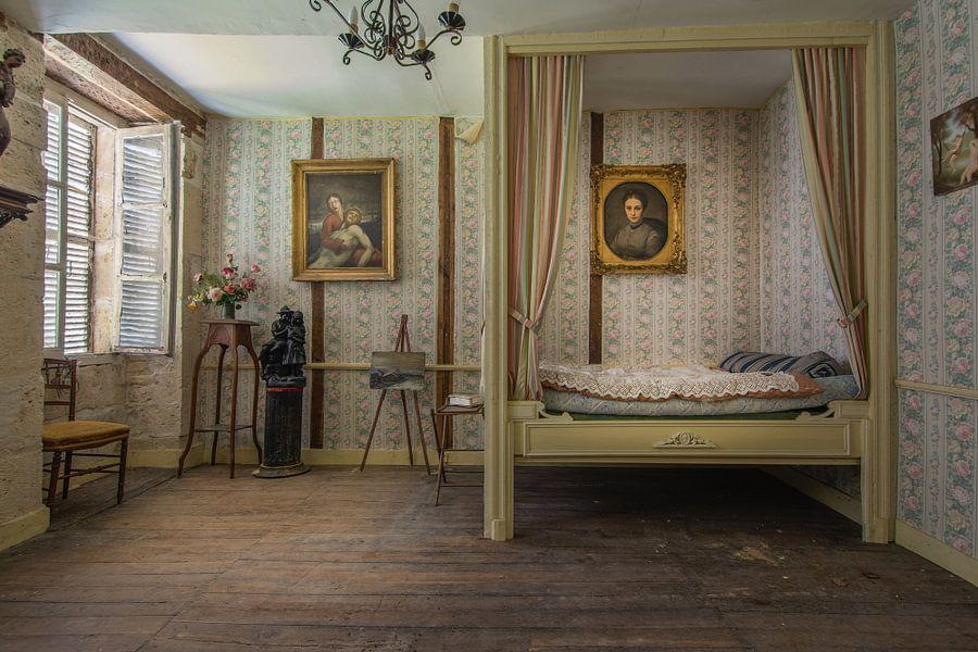 Hemelse slaapkamer van een verlaten chateau van Joeri Van den bremt