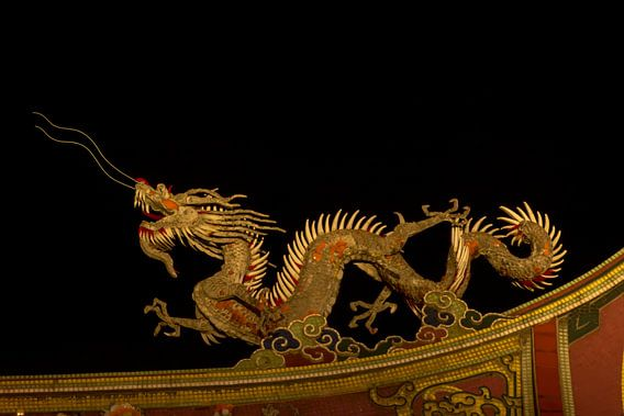 Gouden draak op een tempeldak van Adri Vollenhouw