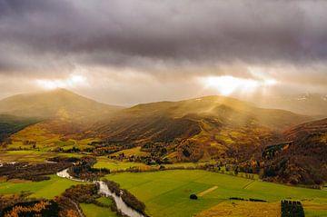 Uitzicht over de vallei van de rivier de Tummel in de Schotse Hooglanden van Sjoerd van der Wal