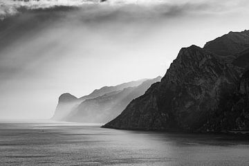 Gardasee in Schwarz Weiß von Hidde Hageman