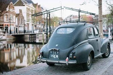 Oldtimer auto in het oude stadscentrum van Schiedam, Zuid-Holland van Eleana Tollenaar
