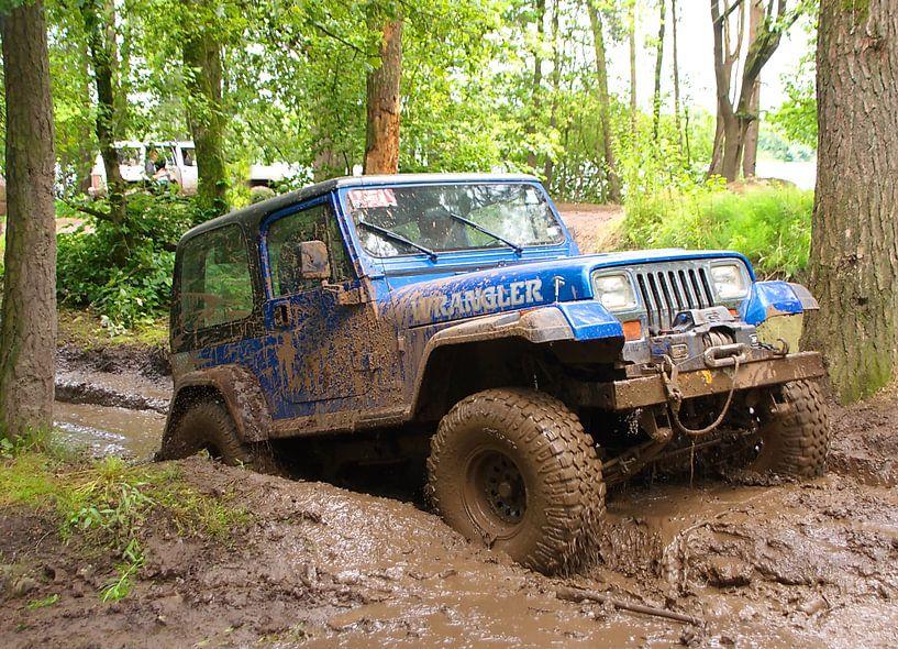Conduite tout-terrain dans la boue avec une Jeep Wrangler sur tiny brok