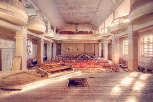 Verlaten Theater met een Piano op het Podium.