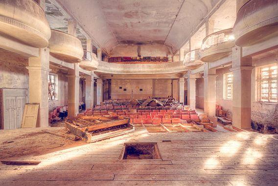 Verlaten Theater met een Piano op het Podium. van Roman Robroek