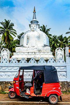Tuktuk en Boeddhabeeld met Boeddhatempel in Galle Sri Lanka van Dieter Walther