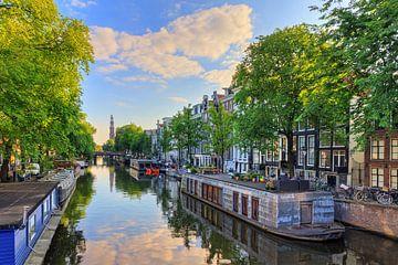 Prinsengracht met woonboten en Westerkerk
