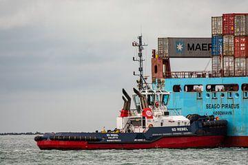 Sleepboot in actie Maasvlakte Rotterdam. van scheepskijkerhavenfotografie
