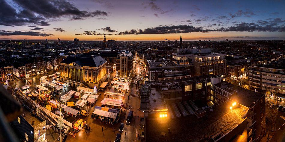 Zonsondergang over een winterse grote markt van Iconisch Groningen