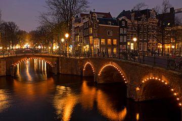 Stadsbeeld van Amsterdam aan de Keizersgracht bij avond van Nisangha Masselink