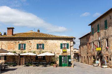 Platz in einem toskanischen Dorf von Mickéle Godderis