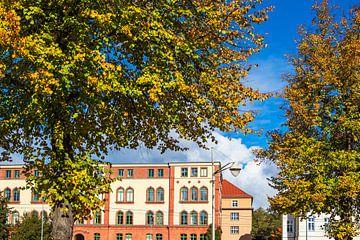 Blick auf Gebäude in der Hansestadt Rostock im Herbst von Rico Ködder