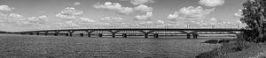 De Moerdijkbrug in Zwart Wit onder een mooie hollandse lucht van Arthur Scheltes