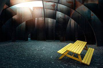 canapé jaune dans un labyrinthe sur